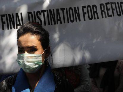 Refugiados agfanos protestan a las puertas del Alto Comisionado de las Naciones Unidas para los Refugiados en Nueva DElhi (India), este jueves, con motivo del Día Internacional del Refugiado.
