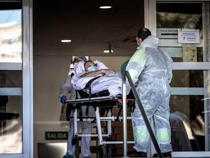 Un enfermo de covid es trasladado al antiguo hospital La Fe de València.