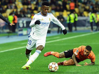 Vinicius sortea a Dodô, sobre el césped, en una jugada del partido en Kiev.