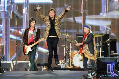 De izquierda a derecha, Ronnie Wood, Mick Jagger y Keith Richards, ayer en un momento de su concierto en Hyde Park.