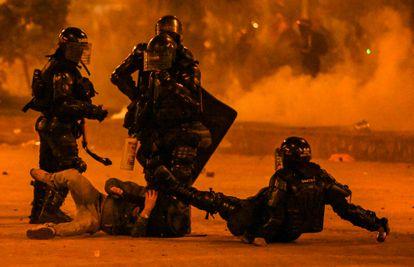 Policías antidisturbios detienen a un manifestante durante una protesta en Bogotá en junio de 2021.