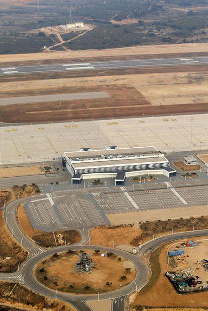El aeropuerto de Castellón fotografiado el 13 de enero de 2012, vacío casi diez meses después de su inauguración. En la rotonda de acceso se aprecia la estatua que corona el proyecto.