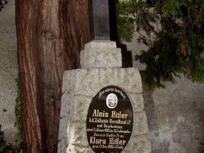 Fotografía de 2002 de la tumba de los padres de Hitler