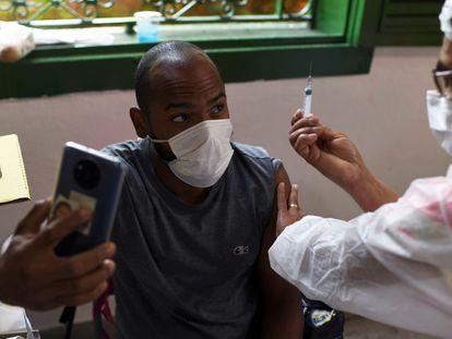 Un hombre recibe la vacuna en Río de Janeiro, el pasado 10 de julio.