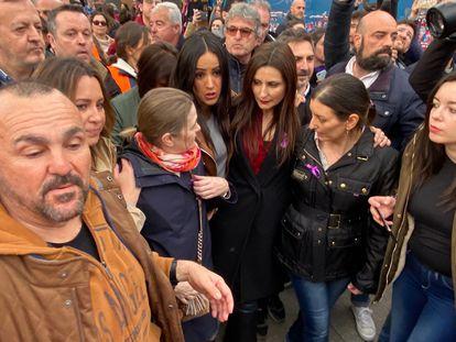 Begoña Villacís sale de la manifestación del 8-M en Madrid mientras los dirigentes de Ciudadanos son increpados por otros manifestantes.