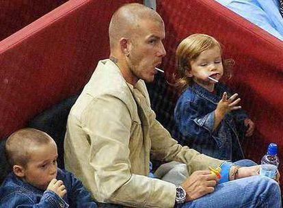 David Beckham y sus hijos Brooklyn y Romeo asisten a un partido de tenis.