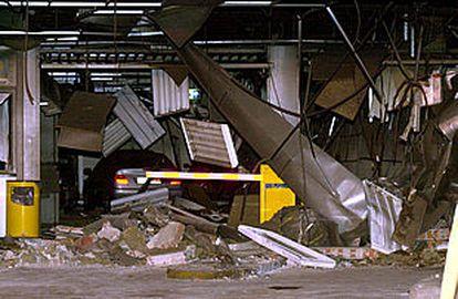 Un aspecto de los destrozos causados por el coche bomba de ETA en el aparcamiento de la plaza de Colón, en Madrid.