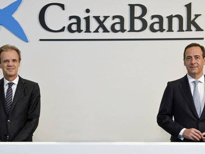 El presidente de Caixabank, Jordi Gual, y el consejero delegado de la entidad, Gonzalo Gortázar, en la pasada junta general de accionistas.