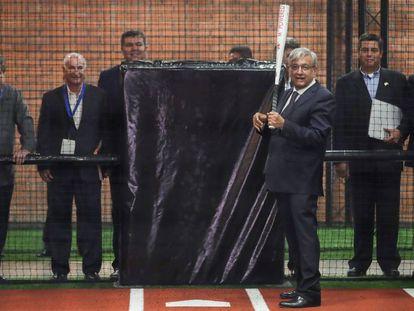 López Obrador, batea durante la apertura del salón de la fama de béisbol en Monterrey (México).