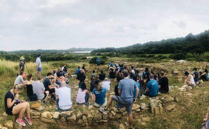 Martín Varsavsky durante una charla con los participantes de Menorca Millennials en la basílica del cabo del Puerto de Fornells, Menorca.
