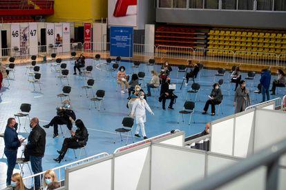 Varias personas descansan después de recibir la inyección con la vacuna Sputnik V, en un polideportivo de Skopje (Macedonia), el lunes.