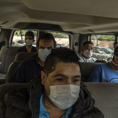 Mexicanos que han sido deportados intentando cruzar la frontera con Estados Unidos son transportados en una camioneta a tomar un autobœs que los llevara a Ciudad de MŽxico el d'a 14 de abril 2020 en la ciudad de Reynosa, Tamaulipas. MŽxico. Cientos de migrantes mexicanos son deportados d'a con d'a durante la epidemia de COVID-19 por este puerto fronterizo, ante la contingencia el gobierno estatal a implementado un protocolo de sanidad b‡sica, que consiste en un cuestionario y la toma de temperatura a los repatriados. Sin embargo, el flujo no para y han tenido que acelerar los tiempos de traslado a su lugar de origine, esto representa un alto riesgo de contagio y propagaci—n.
