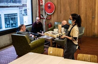 Giannina De Nicola sirve a unos clientes en el restaurante La Francachela. ÁLVARO GARCÍA
