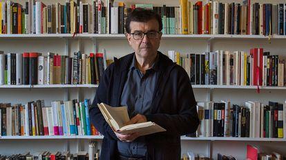 El escritor Javier Cercas en su casa de Verges, Girona.