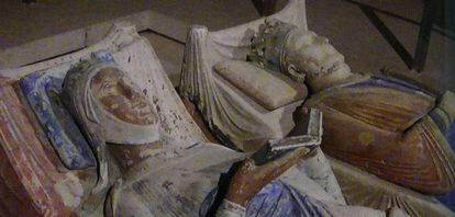 Tumba de Leonor de Aquitania, junto a Enrique II, en la abadía de Fontevraud.