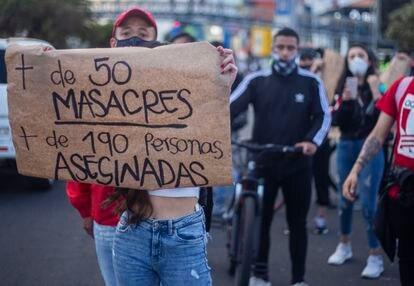 Una mujer se manifiesta contra las masacres en una reciente movilización en Bogotá.