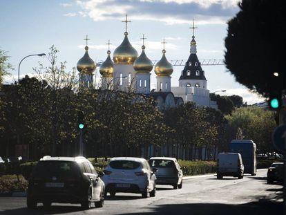 Las cúpulas doradas que coronan la basílica de Santa María Magdalena, en la avenida de la Gran Vía de Hortaleza.