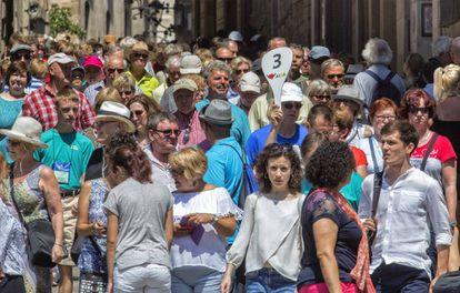 Turistas en las inmediaciones de la catedral de Barcelona.