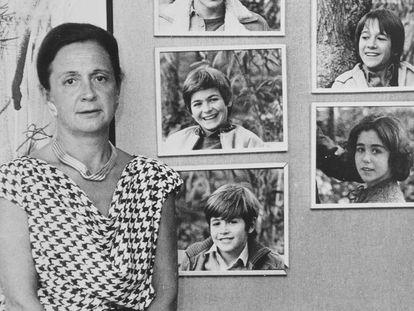 Marta Ferrussola ante retratos de sus hijos en 1987.