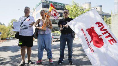 El vicepresidente de la Asociación de Víctimas de la Talidomida (Avite), Rafael Basterrechea, acompañado de dos afectados.