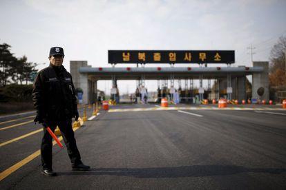 Un guardia de seguridad surcoreano en la carretera que conduce al complejo industrial de Kaesong, situado dentro del territorio norcoreano.