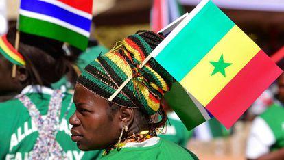 Una mujer con la bandera de Senegal en la reciente inauguración del puente Farafenni, que une el norte y el sur del país.