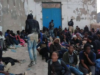 Migrantes en el Peñón de Vélez de la Gomera este lunes.