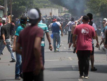 Un grupo de manifestantes protestan contra la reforma de la Seguridad Social en Nicaragua.
