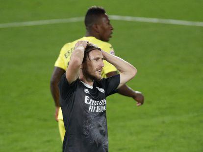 Modric, con Estupiñán detrás, se lamenta en una acción del partido este sábado entre el Villarreal y el Real Madrid en La Cerámica.