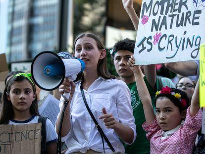 Alexandria Villaseñor participa en una protesta enfrente de la sede de Naciones Unidas en Nueva York, en agosto de 2019.