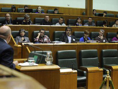 Iturrate se dirige a la Cámara, con el grupo EH Bildu al fondo.