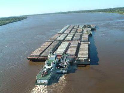 Barcos de la naviera paraguaya Líneas Panchita GSA, en la hidrovía Parguay-Paraná.