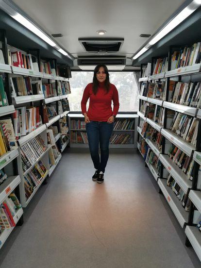 Sara Calvo, bibliotecaria de 39 años, fotografiada en uno de los vehículos del servicio en León. CEDIDA