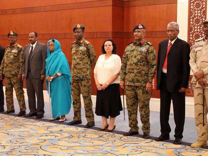 Miembros del Consejo de Soberano de Sudán posan este miércoles en Jartum.