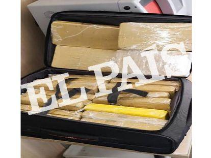 Maleta del militar brasileño con los paquetes de cocaína en su interior.