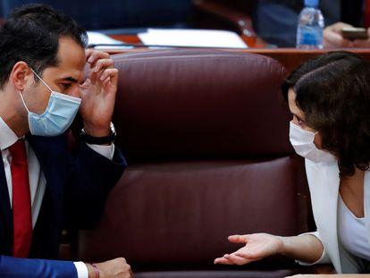 La presidenta madrileña, Isabel Díaz Ayuso, y su vicepresidente, Ignacio Aguado, este jueves en la Asamblea.