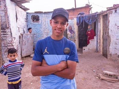 Aschraf Sabir, delante de su casa en el barrio de Er Hamna, Casablanca.