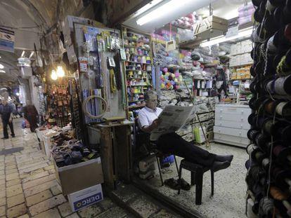 Un tendero en el barrio musulmán de la Ciudad Vieja de Jerusalén.