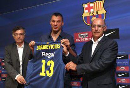 Sarunas Jasikevicius posa acompañado del secretario técnico Joan Creus el directivo de la sección Joan Bladé el día de su presentación con el Barça.