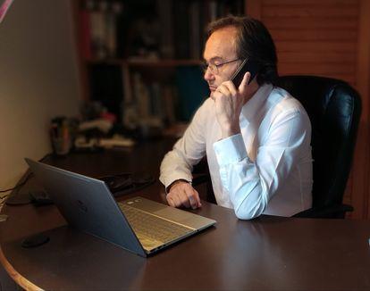 El voluntario Carles Villanueva atiende las llamadas al Teléfono de la Esperanza desde su casa.