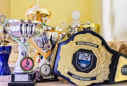 Colección de trofeos incluyendo el cinturón de campeón del mundo.