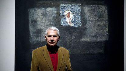 José Soler, conocido como Monjalés, ante una de sus obras, en la Fundación Chirivella-Soriano de Valencia, en 2014.