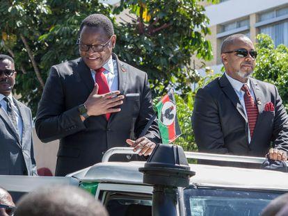 Lazarus Chakwera, líder de la oposición, y el vicepresidente Saulos Chilima, este miércoles, en Blantyre (Malaui).