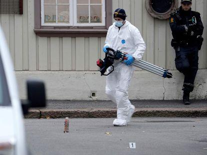Un policía trabaja en uno de los lugares del ataque con arco y flechas cometido por un hombre en Kongsberg, Noruega.