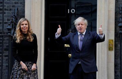 El primer ministro británico Boris Johnson y su pareja Carrie Symonds, el pasado 14 de mayo en Downing Street en Londres.