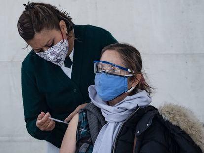 Una mujer recibe la vacuna contra la covid-19, en Ciudad de México.