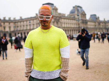 J Balvin viste de Kenzo durante la Semana de la Moda de París en enero de 2019. La sensatez nipona se encuentra con la extravagancia 'reguetonera'.