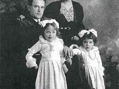 Virgilio Leret y su esposa, Carlota O'Neill, junto a sus hijas, Mariola y Carlota.
