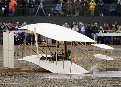 La réplica del 'Flyer' de los hermanos Wright queda atrapado en el barro de la playa de Carolina del Norte.