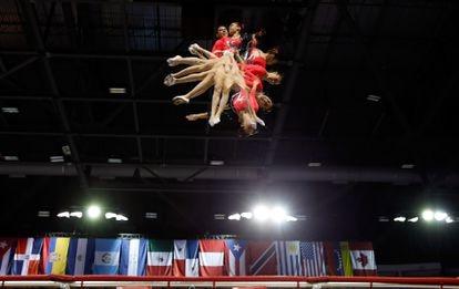Una fotografía múltiple que muestra los movimientos acrobáticos de Dafne Navarro durante los Juegos Panamericanos en Toronto 2015.
